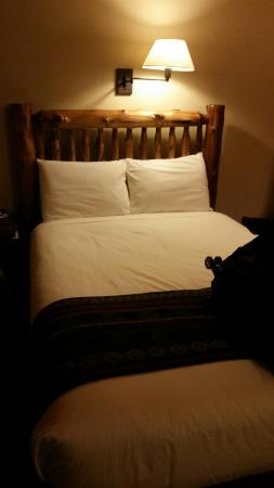 Timber Inn Motel: Doesn't  that bed look comfy?!