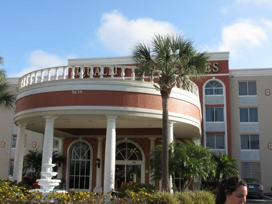 Quality Inn & Suites: Frente del hotel