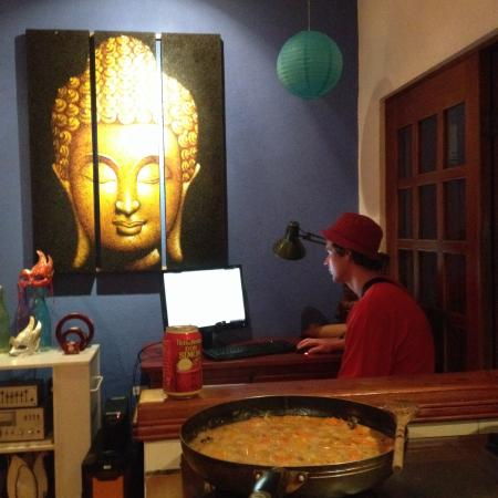 Buddha House Boutique Hostel: Cooking a curry in the communal kitchen ��