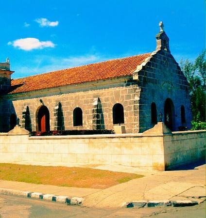 Varadero, Kuba: Imagen de la fachada de la capilla antigua construida en piedra