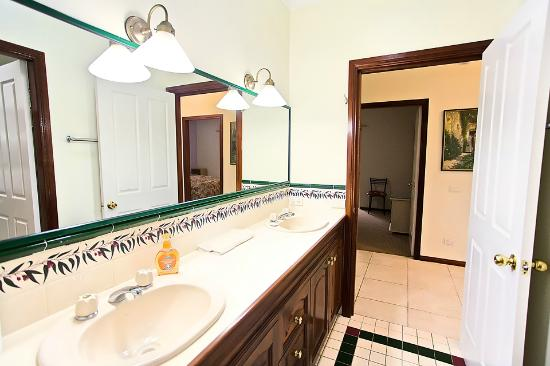 The Lodge 3 Way Bathroom Picture Of Bonville Lodge Bed And
