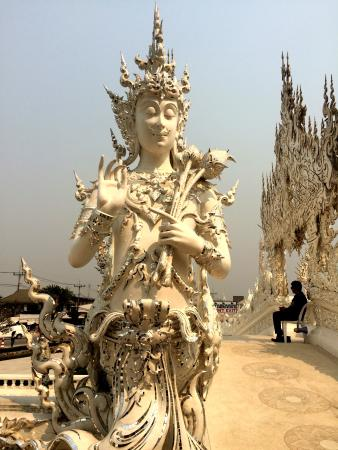 Чианграй, Таиланд: One of the many beautiful sculptures at Wat Rong Khun