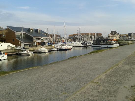 Ibis Styles Deauville Centre: Petit port de plaisance près de la plage