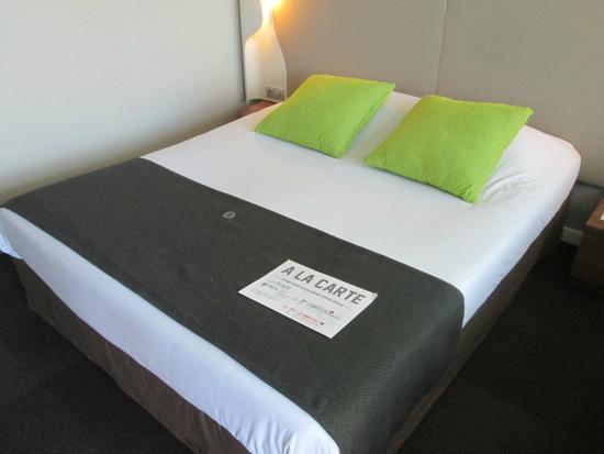 Hotel Novotel Bourges: Nice-sized bed.
