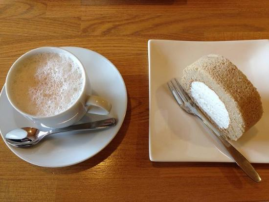 Sosennoyado Suhaku: そばロールケーキ+ カフェラテ
