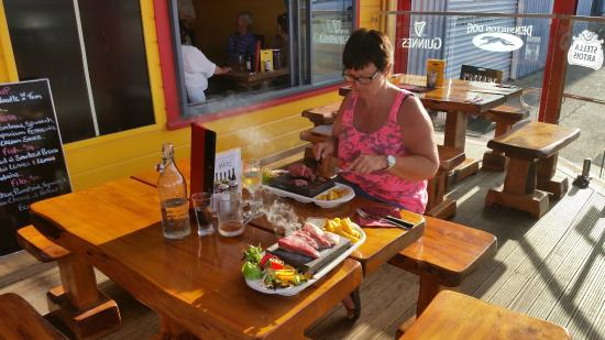Denniston Dog Restaurant & Bar: buiten terras (steengrill)