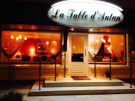 restaurant la nuit  Picture of La Table DAntan, SainteGenevievede
