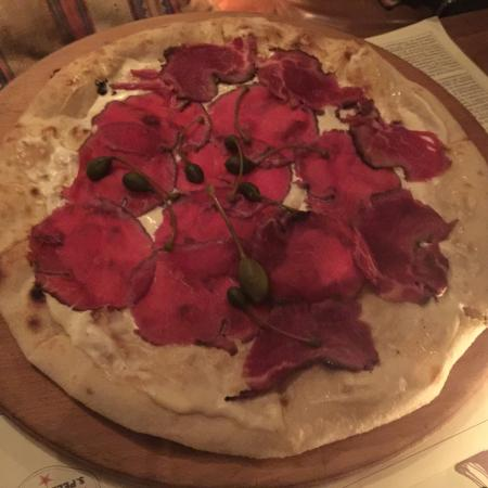 Pizza Modernista with beef carpaccio, 'Tonato' sauce and capers.... Enjoy it!