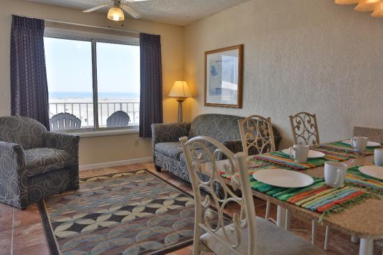 Days Inn & Suites Wildwood: Ocean front Suite with view of beach and ocean in the window