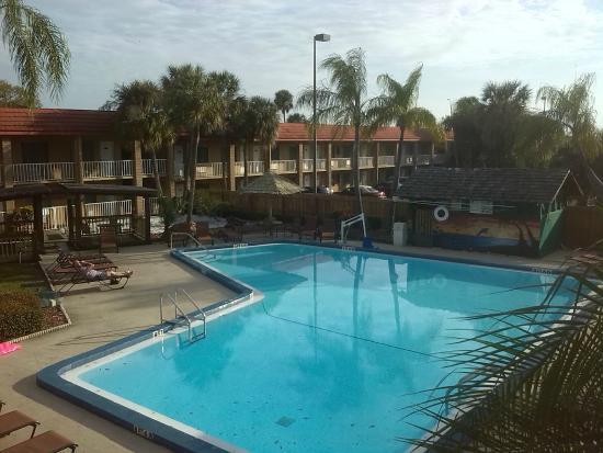 Magnuson Hotel Clearwater Central: Innenbereich mit Pool