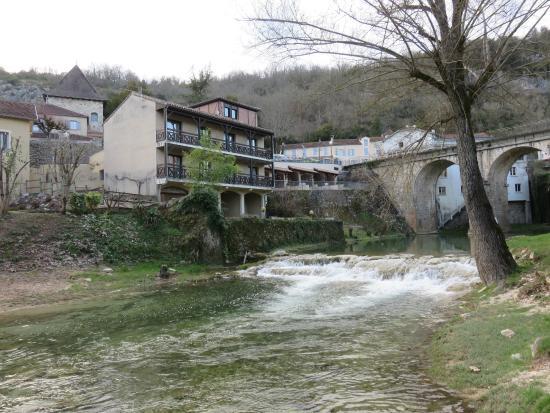 Hôtel La Truite Dorée : Annexe avec chambres sur la rivière