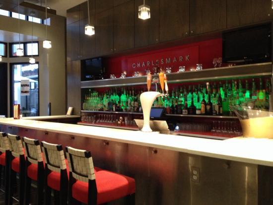 Charlesmark Hotel: Bar