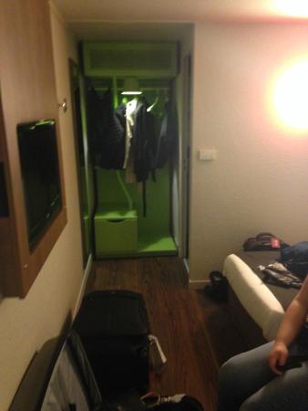 Campanile Hotel Aix En Provence Sud Pont de l'Arc : Closet
