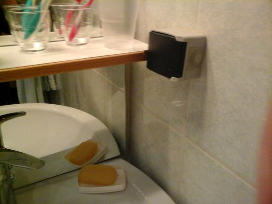 prise de courant au dessus du lavabo picture of hotel les edelweiss cauterets tripadvisor. Black Bedroom Furniture Sets. Home Design Ideas