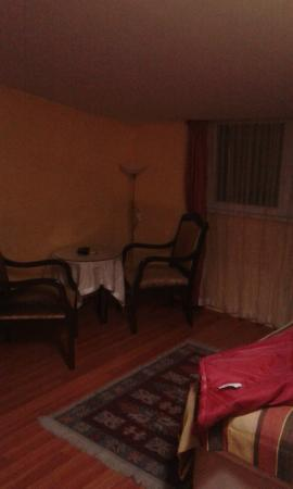 Anatolia Suites: Comedor. al lado hay una cama individual.
