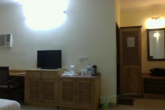 GenX Uday Hotel Rudrapur: Flat screen TV and window AC