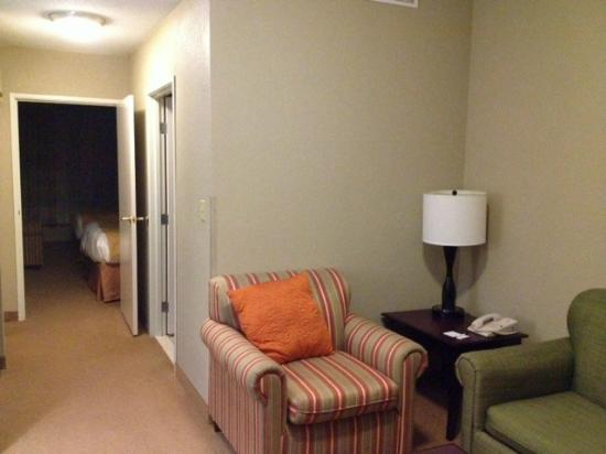 Country Inn & Suites by Radisson, Ithaca, NY: Looking into the room
