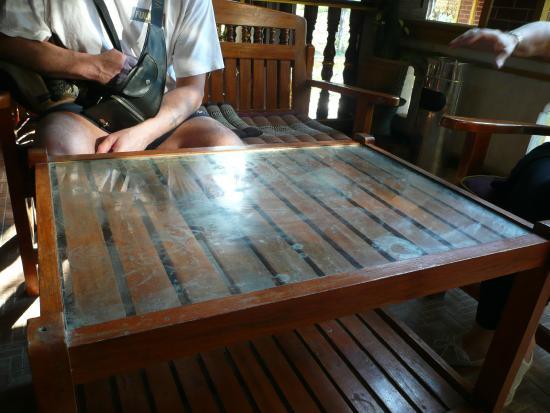 Vang Thong Hotel: table en verre à l'accueil