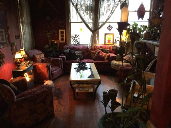 Marilyn's Melrose Inn : cozy lounge off main entrance - nice fireplace on a cold evening