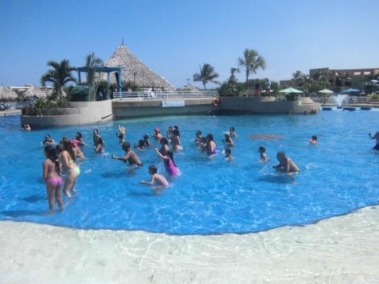 Trencito en la piscina picture of las olas resort san for Piscina de olas