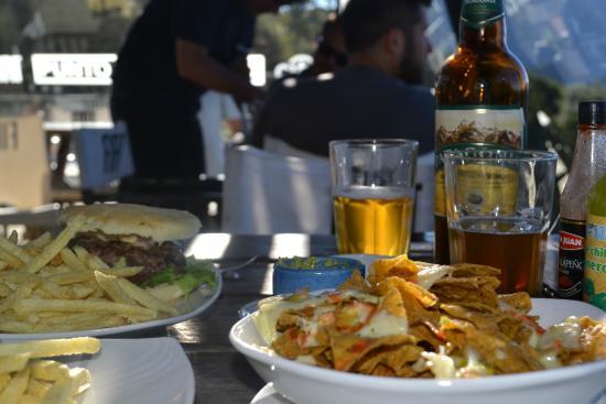 nachos y hamburguesa