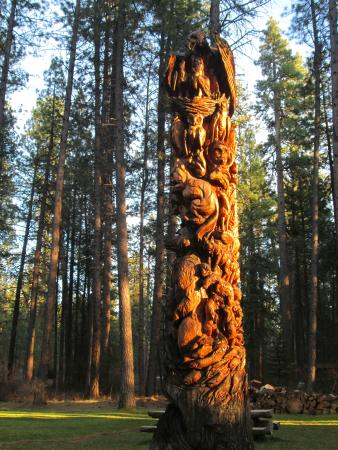 Metolious River Lodges : Exquisite carved tree on the grounds