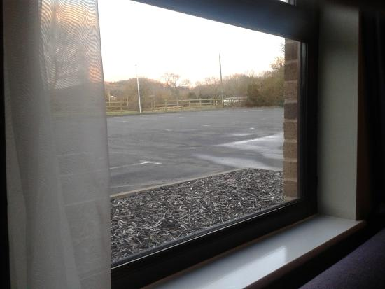 Premier Inn Gloucester (Little Witcombe) Hotel: View out into the car park