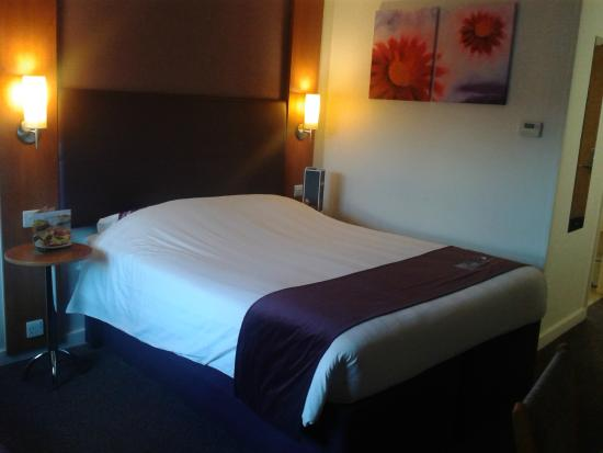Premier Inn Gloucester (Little Witcombe) Hotel: Good bed, with power point over near the bed