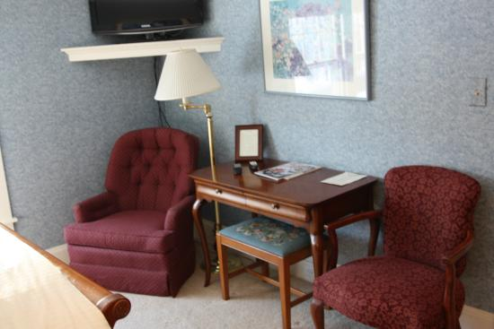 trumbull house bed and breakfast blue room desk area
