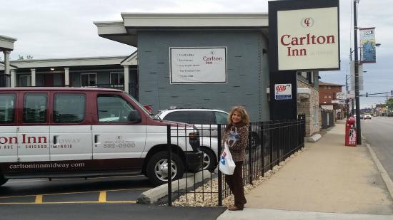 Carlton Inn Midway: Mi esposa a la entrada del hotel