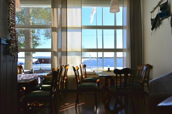 Yllasjarven Tunturihotelli: Vue sur le lac depuis le salon ensoleillé