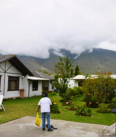 Quito Hotel Bonanza: View of grounds and clouds