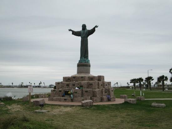 Isla Blanca Park: Statue to fallen seamen