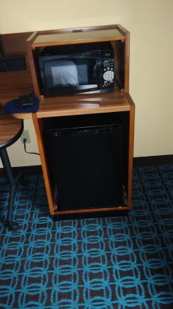 Fairfield Inn & Suites Jacksonville Airport: mini refrig and Microwave