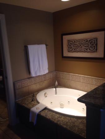 Vino Bello Resort: Large Jacuzzi Tub Between Bathroom And Bedroom