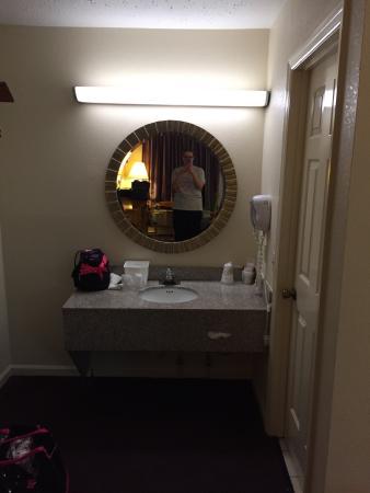 Red Roof Inn Crossville: Vanity in queen bed room