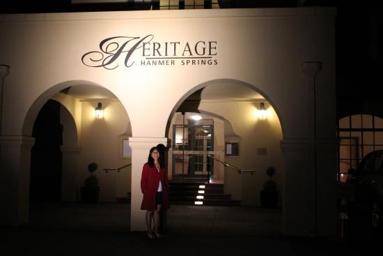 Heritage Hanmer Springs: At night main entrance