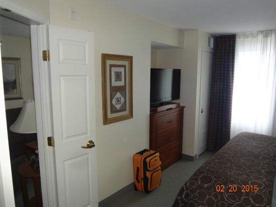 Staybridge Suites Fargo: other wall of bedroom