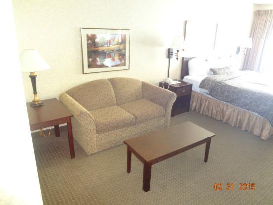 Kelly Inn Fargo: couch