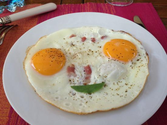 La Courtesiè : An amusing bacon and eggs for breakfast