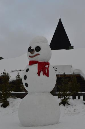 Деревня Санта Клауса: le grand bonhomme de neige près de l'entrée de la grotte du père noêl