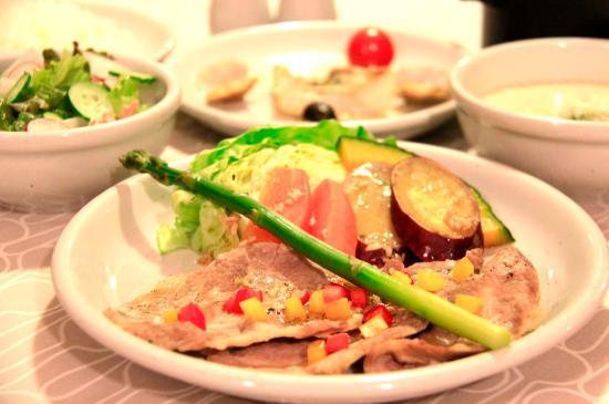 夕食の一例(みゆきポークと野菜の蒸しもの)