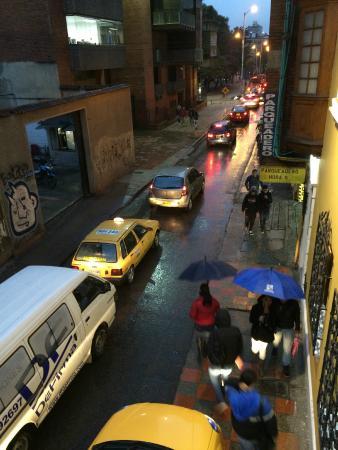 Casa Quinta Hotel Boutique: Verkehr am Abend unter dem Erker
