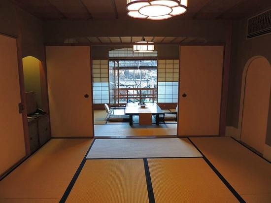 Shiraume: Umeichirin room (view from the bedroom area to the living room area)