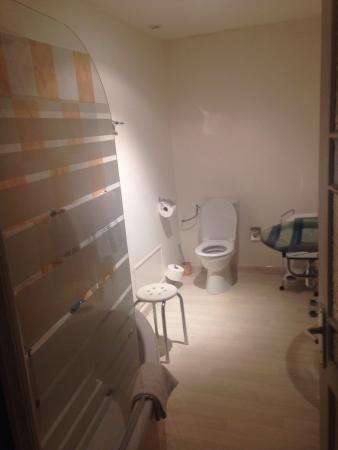Les Jardins d'Anglise : Grande salle de bain de la suite parfaitement équipée et agencée.