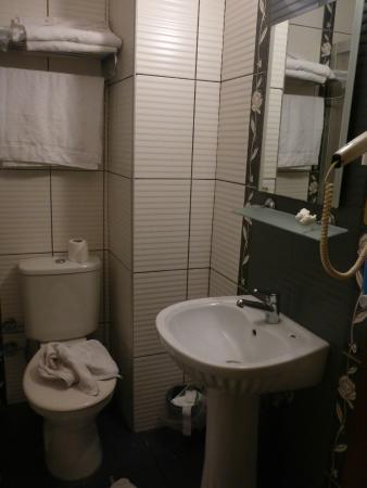 Konak Hotel: Double Room bathroom w enclosed shower