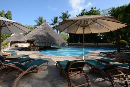 Pinewood Beach Resort & Spa: The pool and bar
