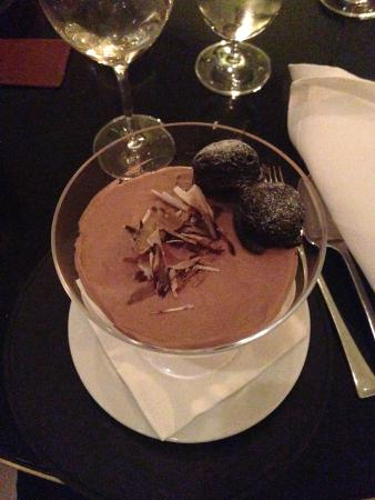 Avenue Restaurant & Bar: yummy chocolate mousse with mini brownies