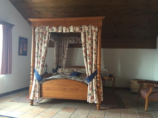 Salgesch, Szwajcaria: Sehr bequemes Bett im Ritterzimmer.