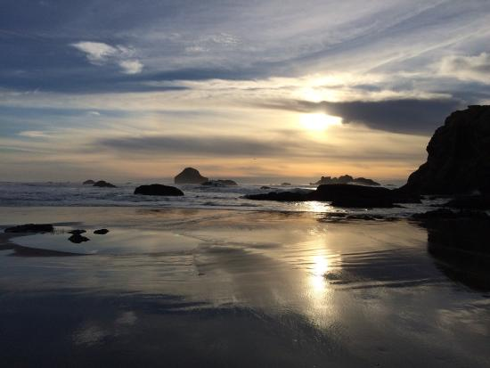 Bandon Beach Motel: Another amazing sunset a few steps from the motel.